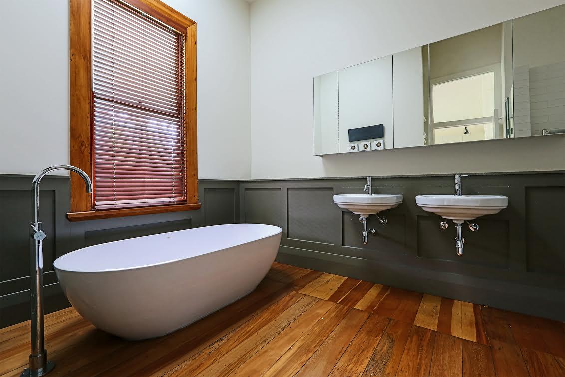 english villa bathroom